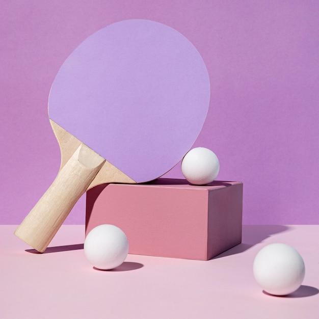 Vista frontale della pagaia e delle palline da ping pong Foto Premium