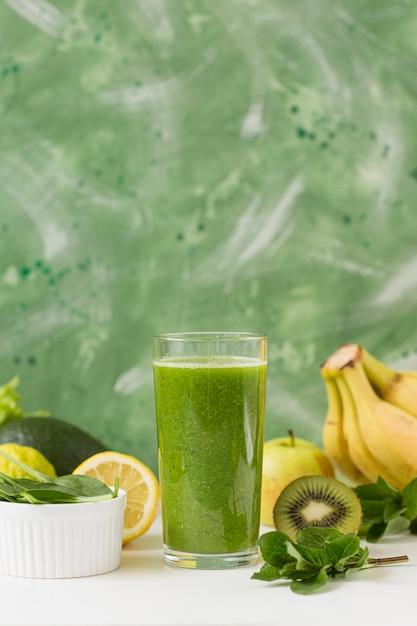 Bicchiere da frullato vista frontale con banane e kiwi Foto Premium
