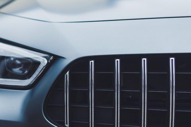 Vista frontale dell'auto sportiva con fari Foto Premium