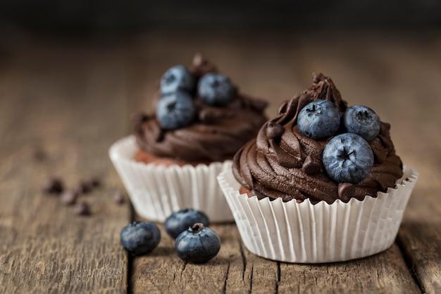 Vista frontale vista gustoso cupcake sfondo sfocato Foto Premium