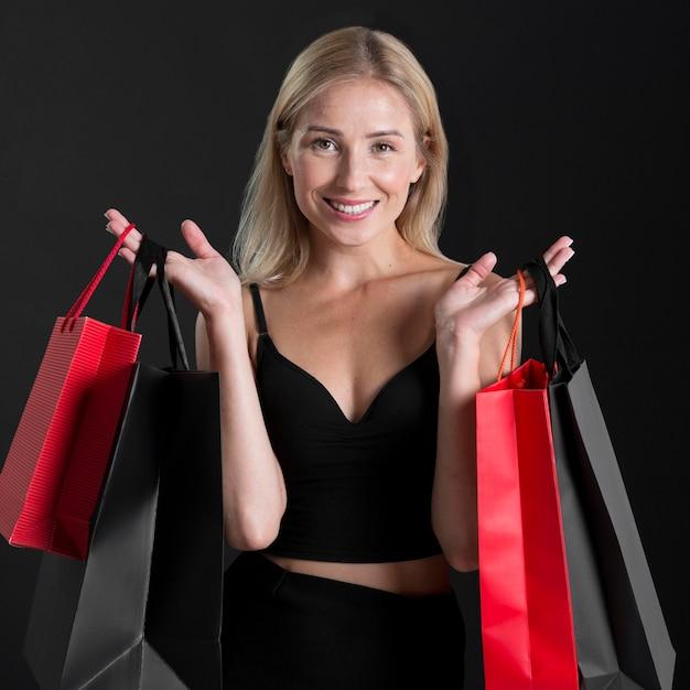 Vista frontale della donna con il concetto di borsa della spesa Foto Premium