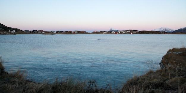 Spiaggia congelata in inverno con il sole Foto Premium