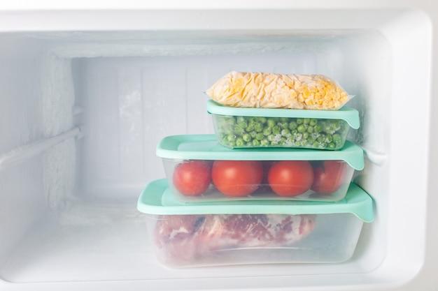 Verdure e carne congelate in contenitori di plastica blu Foto Premium