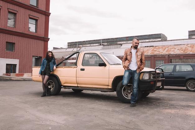 Frustrato giovane coppia in piedi vicino alla loro auto. il concetto di relazione Foto Premium