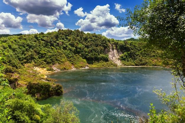 Vista del lago della padella con vapore nel parco vulcanico della valle di waimangu a rotorua, nuova zelanda Foto Premium