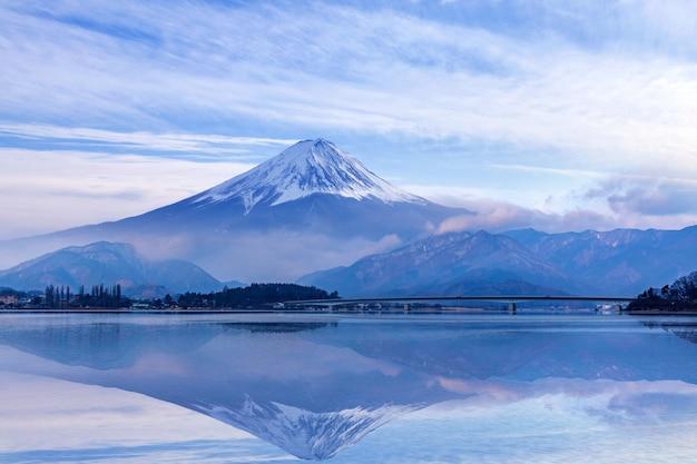 Montagna di fuji nel lago kawaguchiko, giappone Foto Premium