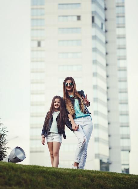 Ritratto a figura intera di madre e figlia Foto Premium