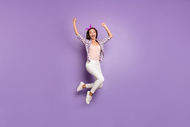 Vista integrale di dimensioni del corpo di funky ragazza felice pazza che salta urlo Foto Premium
