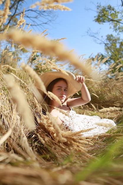 Colpo integrale di una bella ragazza adolescente che gode della vita all'aria aperta. Foto Premium