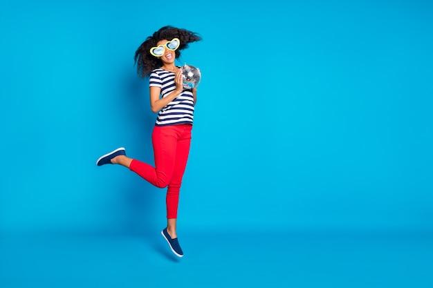 Foto a grandezza naturale girata integrale della donna di salto eccitata allegra Foto Premium