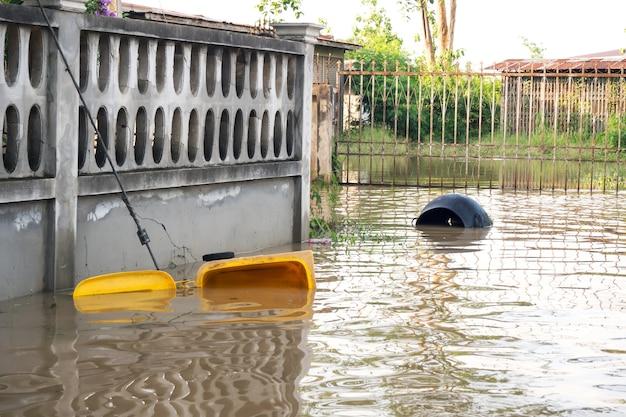 Bidone della spazzatura galleggiante. inondazioni in città. Foto Premium