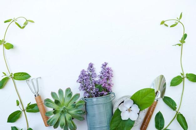 Attrezzi da giardinaggio su sfondo bianco con copia spazio Foto Premium