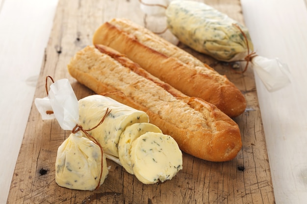 Pane all'aglio composto burro alle erbe baguette timo rosmarino coriandolo origano Foto Premium