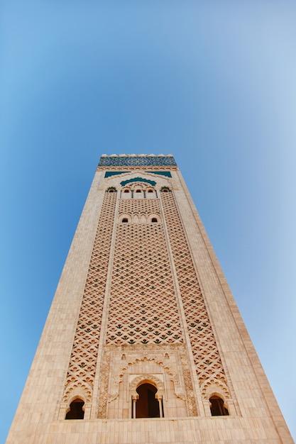 Mosaico musulmano geometrico nella moschea islamica, bellissimo modello di piastrelle arabe e mosaico sul muro e le porte della moschea nella città di casablanca, marocco Foto Premium