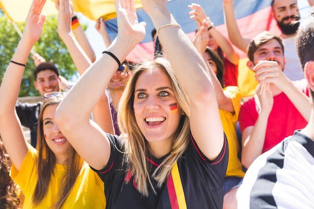 Sostenitori tedeschi che festeggiano allo stadio per la partita di calcio Foto Premium
