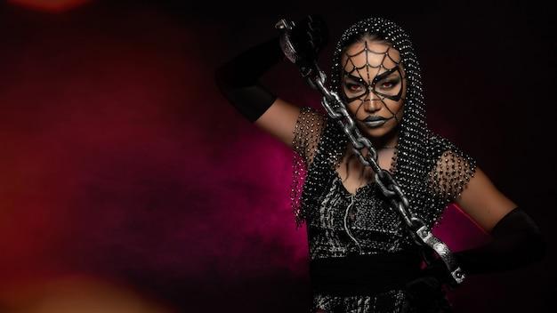 Donna ragno fantasma con copertura in rete di cristallo di spettacoli di cabaret, spazio vuoto copia sfondo di halloween Foto Premium