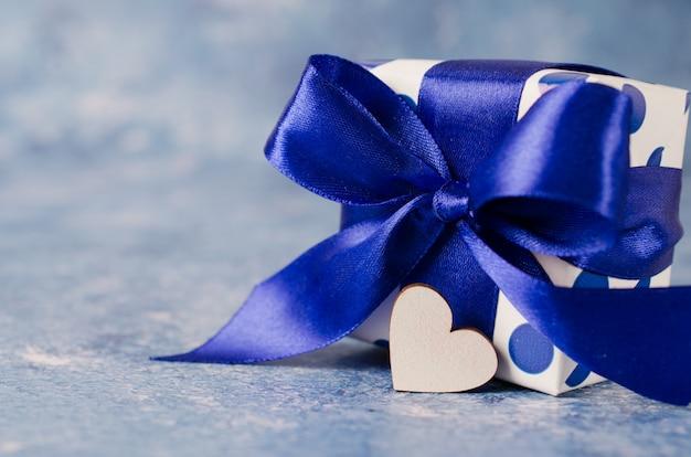 Confezione regalo su sfondo blu. concetto di regali per gli uomini. Foto Premium
