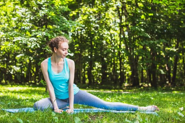 Ragazza che fa yoga Foto Premium