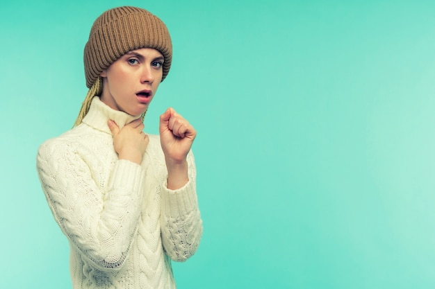 La ragazza ha i sintomi del coronavirus. raffreddore e influenza. ritratto di bella giovane femmina con tosse e mal di gola sensazione di malessere al chiuso. primo piano della tosse malata della donna malsana Foto Premium