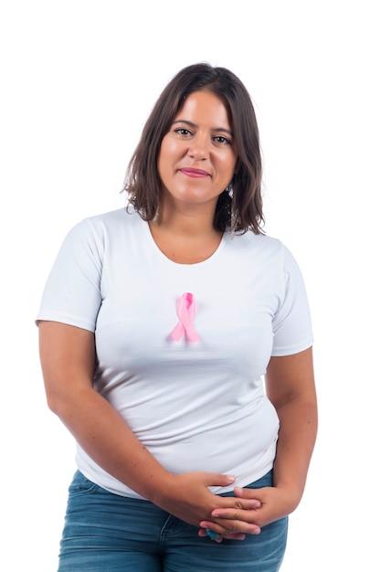 Ragazza con il cancro al seno nastro su uno sfondo bianco sorridente. Foto Premium