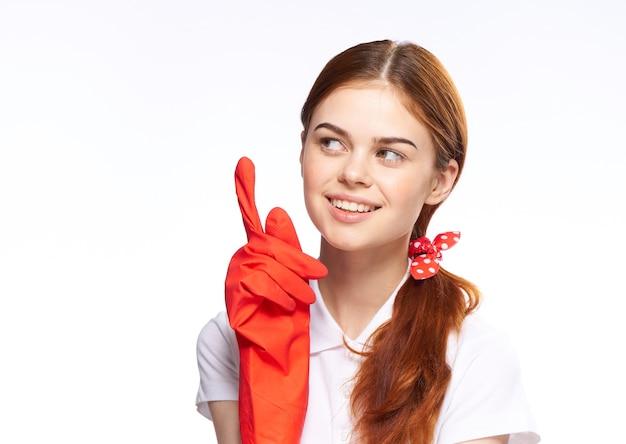 La ragazza è impegnata nella pulizia e nella disinfezione con guanti di gomma Foto Premium