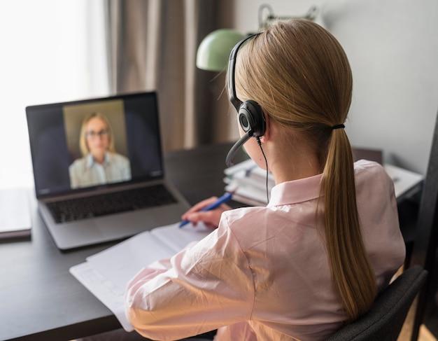 Ragazza che presta attenzione alla lezione online Foto Premium