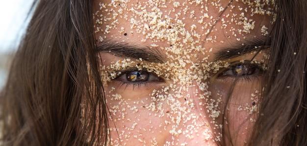 Ragazza nella sabbia Foto Premium