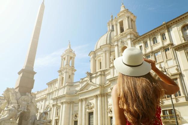 Ragazza in visita a piazza navona a roma, italia Foto Premium