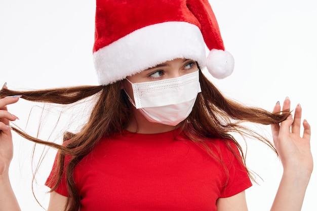 Ragazza che indossa una mascherina medica che tiene il suo primo piano i capelli di capodanno Foto Premium