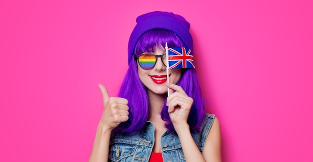 Ragazza con i capelli viola e con la bandiera del regno unito in rosa Foto Premium