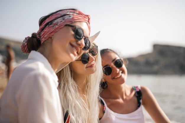 Ragazze che si godono la spiaggia Foto Premium
