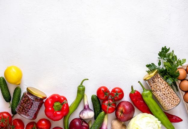 Vasetti di vetro con ceci e fagioli e frutta e verdura eco-compatibili Foto Premium