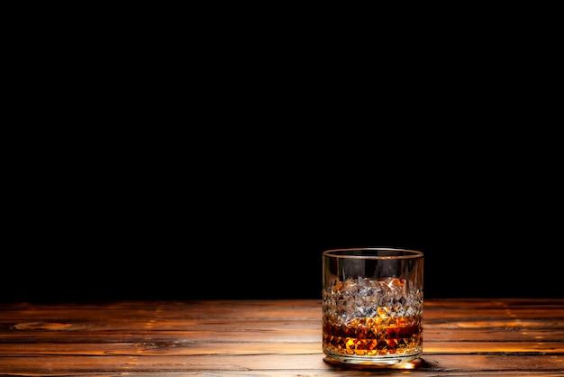 Un bicchiere di whisky scozzese o whisky sulla roccia Foto Premium