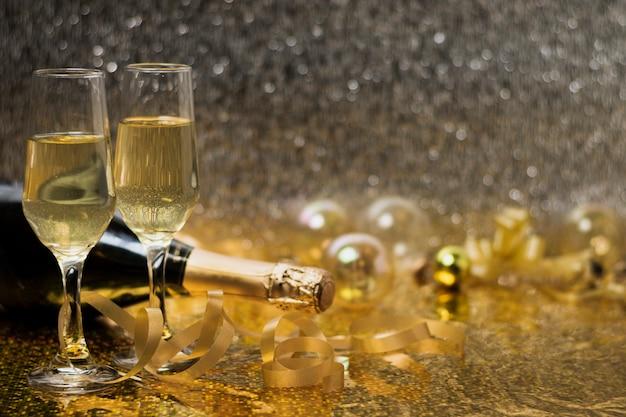 Bicchieri con champagne sul tavolo Foto Premium