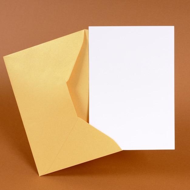 Busta d'oro con scheda messaggio vuoto Foto Premium