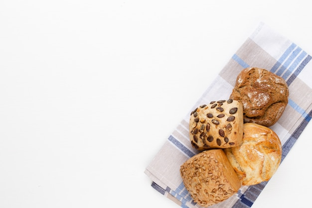 Pagnotte di pane e focacce croccanti rustiche dorate Foto Premium