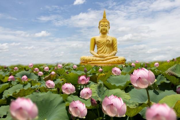 Buddha d'oro con fiori di loto Foto Premium