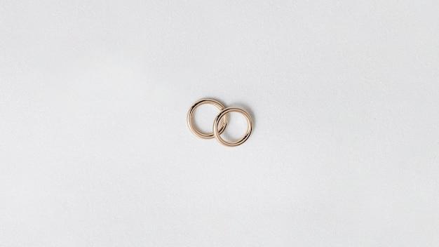 Fedi nuziali dorate isolate su fondo bianco Foto Premium