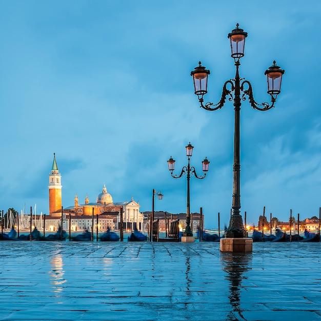 Gondole galleggianti nel canal grande in una giornata nuvolosa, venezia, italia. Foto Premium