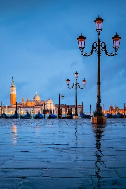 Gondole che galleggiano nel canal grande in una giornata nuvolosa Foto Premium