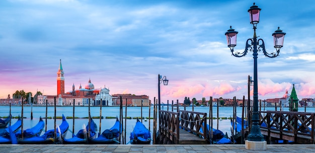 Gondole galleggianti nel canal grande, vista panoramica Foto Premium