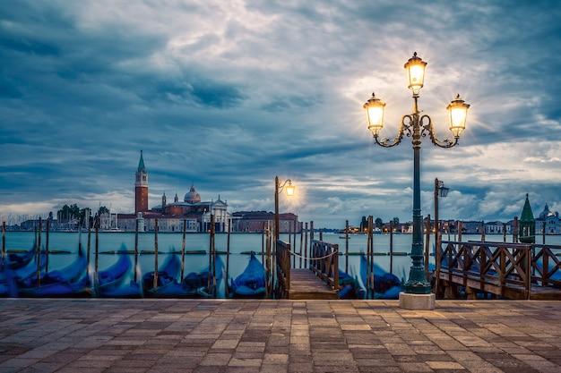 Gondole galleggianti nel canal grande in un giorno di pioggia, venezia Foto Premium