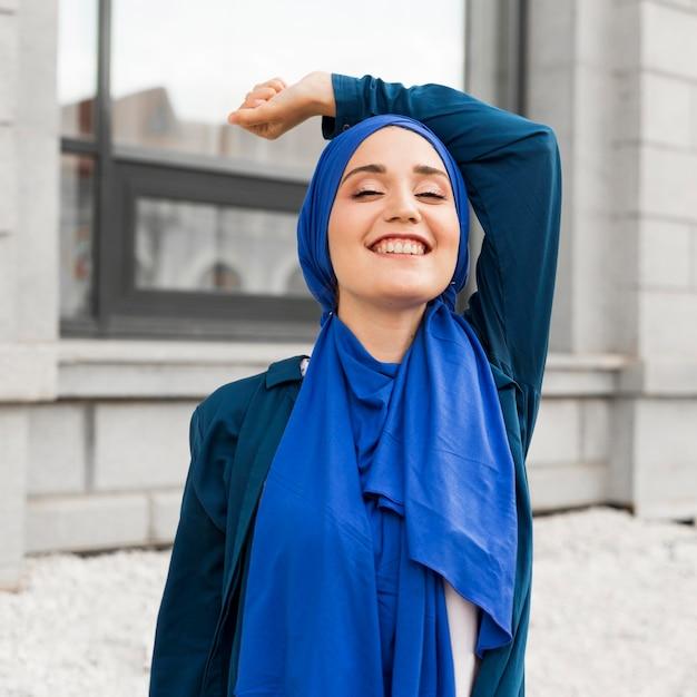 Splendida ragazza con hijab sorridente Foto Premium