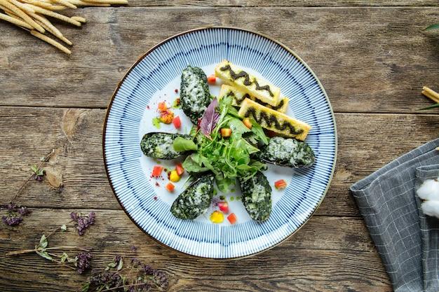 Cozze gourmet ripiene di spinaci e salsa Foto Premium