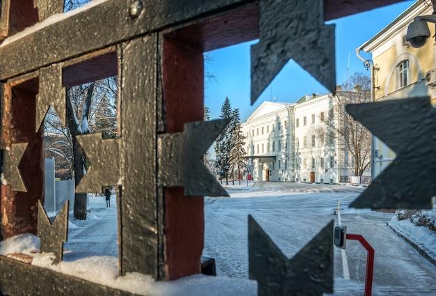 Governors palace attraverso il reticolo delle porte del cremlino di nizhny novgorod Foto Premium