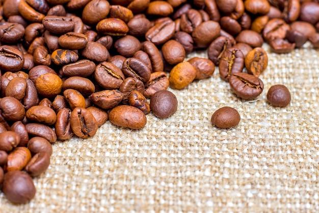 Chicco di caffè nel sacco. sfondo per il design Foto Premium