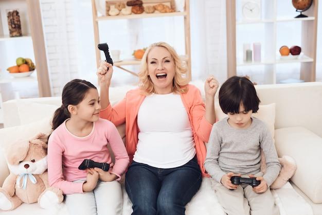 Nonna che gioca ai videogiochi con i nipoti Foto Premium