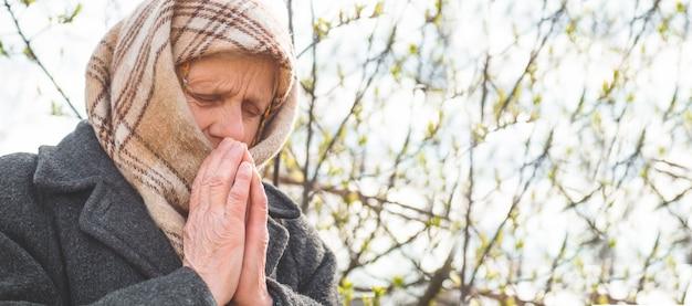 La nonna prega per la fede, la spiritualità e la religione. chiedere a dio buona fortuna, successo, perdono Foto Premium