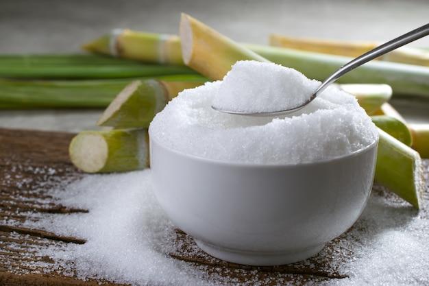 Zucchero semolato in un cucchiaio d'argento pronto per il display o il  montaggio del tuo prodotto. | Foto Premium