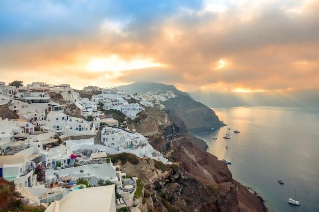 Grecia. isola di santorini. case bianche a oia, sull'isola di santorini. yacht e catamarani all'ancoraggio. dawn Foto Premium